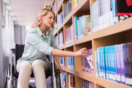 Studentin im Rollstuhl leiht Bücher für ihr Fernstudium aus